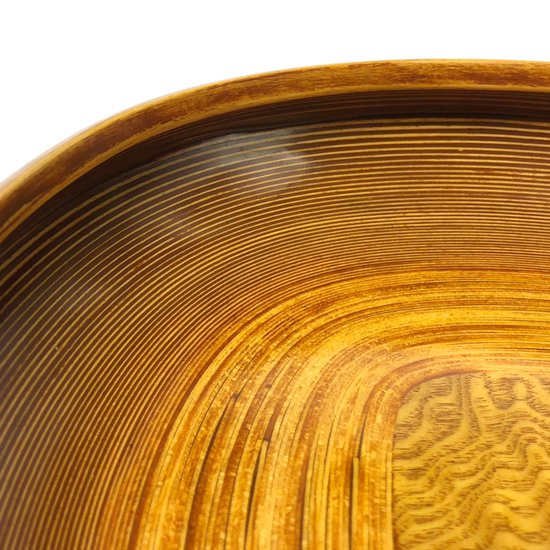 ベースとなる底板が四角いものが使われたデザイン。内側に巻き込んだ縁はとても手間のかかるディテール