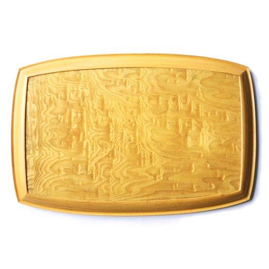 青森の工芸品「ブナコ」の古いトレー。ベースとなる広い底板に青森の伝統工芸である「こぎん刺し」が貼られた大作