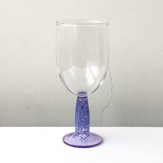 ドイツ出身のアーティスト Jochen Holz によるまだら模様のガラスを用いたゴブレット
