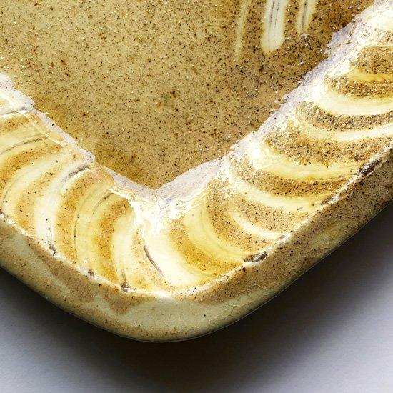島根県布志名の陶芸家 舩木研兒 による淡黄釉藁描角皿