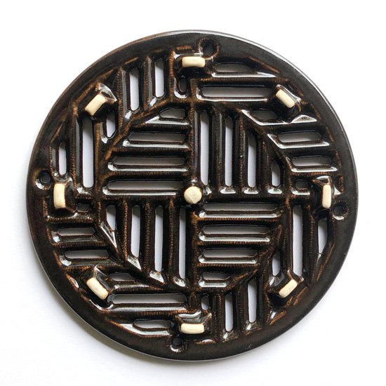 幾何学的な模様が楽しい、珍しい陶器製の土瓶敷き