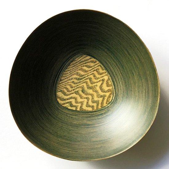ベースとなる底板に三角の板が使われたデザイン。緑色のパテが使われた独特の作りなど古いものならではのディテール