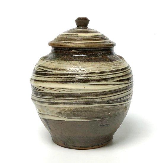 勢いのある刷毛目やハリのあるかたちなど、とても良い作りの小鹿田焼の古い蓋付きの壺