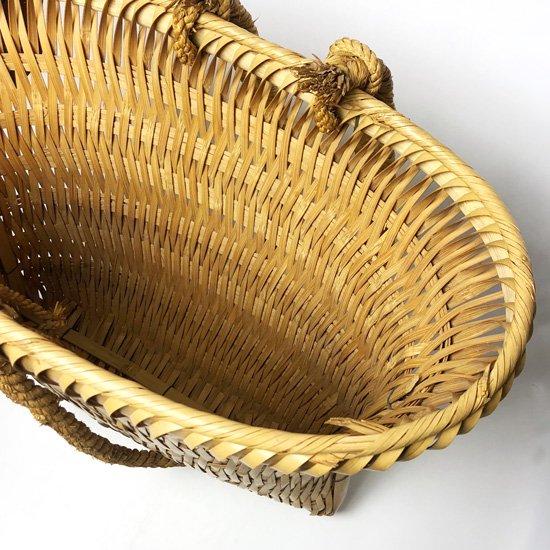 宮崎県で作られた古い竹細工の背負い籠「カルイ」