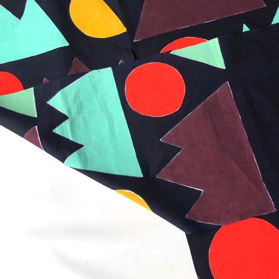 手間を惜しまず、裏面も表面同様、岩絵具(顔料)で色が付けられています