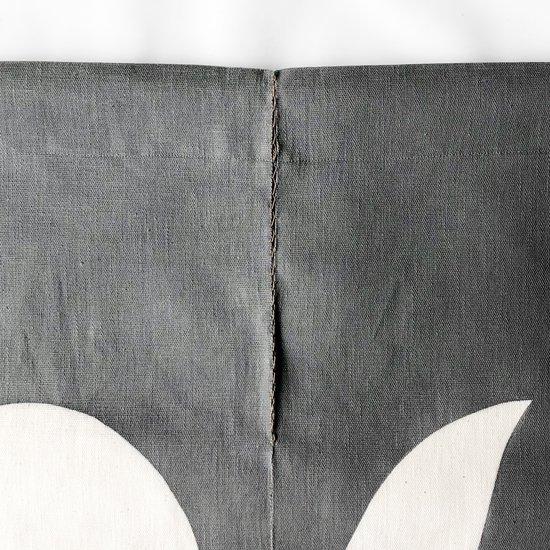 山内染色工房: のれん『日月山』/ 墨灰 × 白