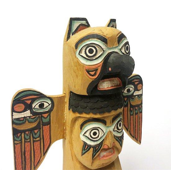 カナダの先住民のアーティスト Victor Alexender によるヴィンテージのトーテムポール