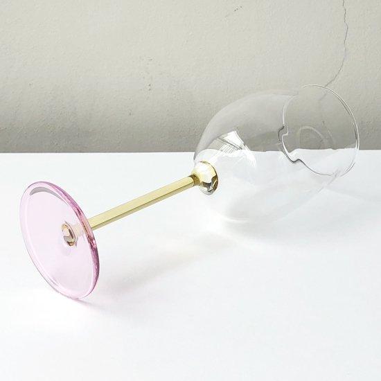 ドイツ出身のアーティスト Jochen Holz による、カラーガラスを用いたマウスブロウのワイングラス