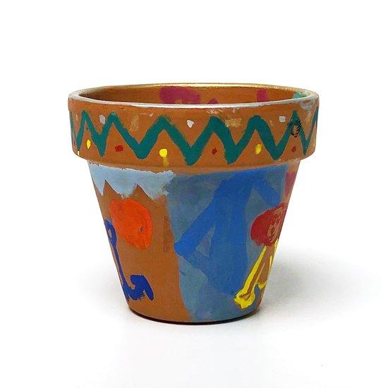 カラフルなペイントが施されたテラコッタの小さな植木鉢