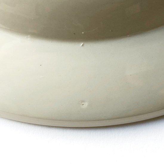 この位置の焼成時のツメ跡は古いセラミック製品でしか見られないディテール一つ