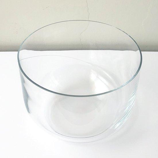 スウェーデンのガラススタジオ Kosta Boda で製造された大きなガラスのボウル