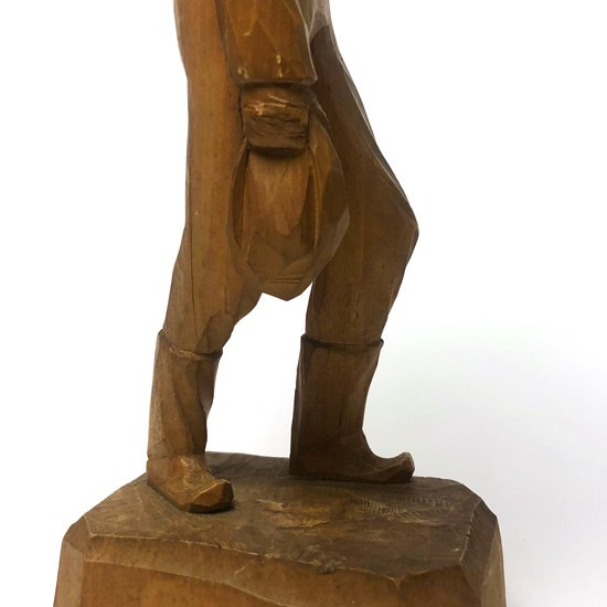 カナダの工房でで制作された古い木彫りのフィギュア
