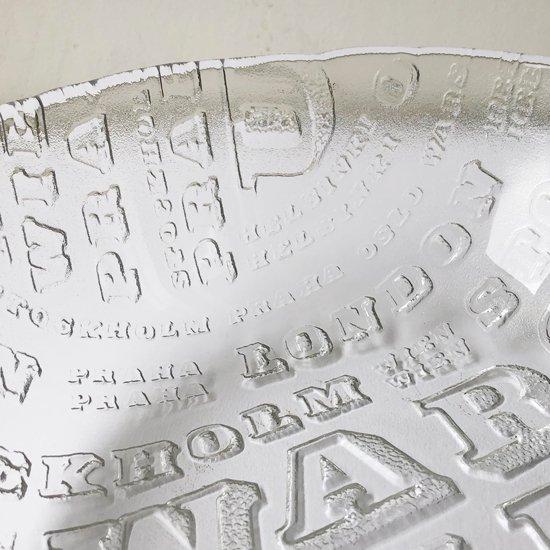 面積いっぱいにヨーロッパの都市名が散りばめられた大きなガラスのボウル