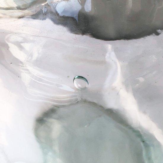 表面の歪みや気泡などがみられます