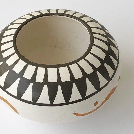 ヴィンテージアイテム:ネイティブアメリカンのアーティストによる陶器のベース