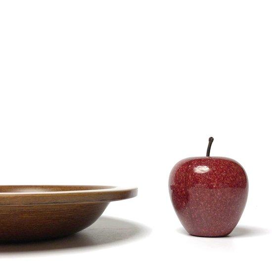 高さ約9cmのりんごと並べて