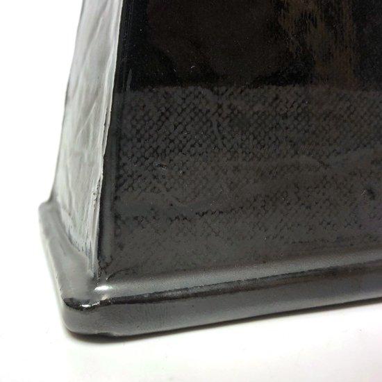 板を張り合わせたような直線的な造形とディテール
