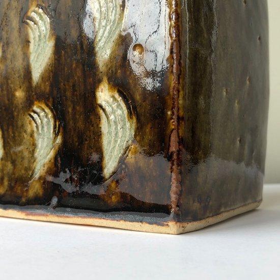 陶芸家 武内晴二郎 による櫛描抜絵鐡砂扁壺