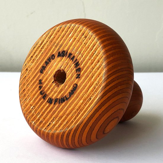 フィンランドのデザイナー Paavo Asikainen によるフィンランドバーチの積層材を用いたキャンドルホルダーです。