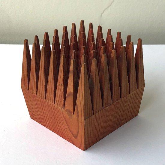 フィンランドの古いデザインプロダクト、特徴的なフォルムをした木製のペンホルダー