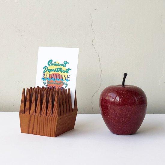 カードスタンドにも。高さ約9cmのリンゴと並べて