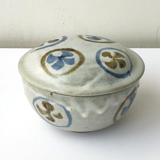 色使いとゆるい絵付け、垂れた白釉がなんとも良い表情の古い蓋付碗