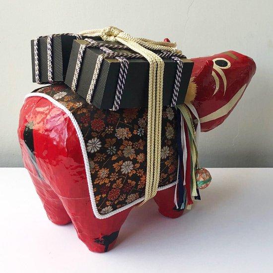 化粧飾りの華やかな、珍しい尻尾付きの大きな赤べこ