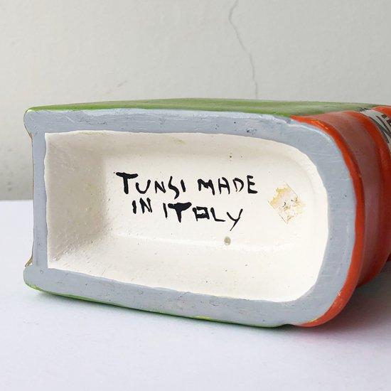 イタリアのアーティスト Tunsi Girard によるアートピース。本がモチーフのセラミック製のベース