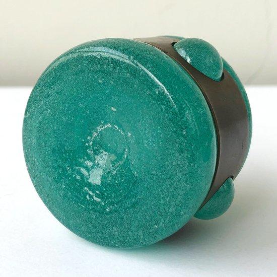 広島と沖縄に工房を持つガラス作家、西川孝次さん による古い鉄枠栓付瓶