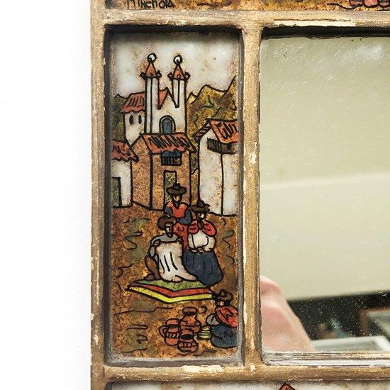 ペルーで1970年代に製作された、ガラス絵があしらわれている壁掛けの鏡