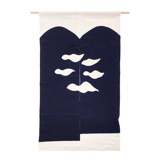 山内染色工房: のれん『山に雲5つ』/ 濃紺 × 白 × 白