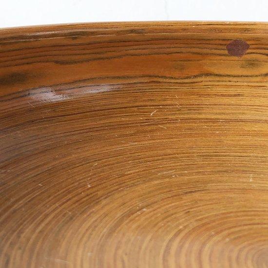縁を内側に巻き込んだ凝った作りのボウル