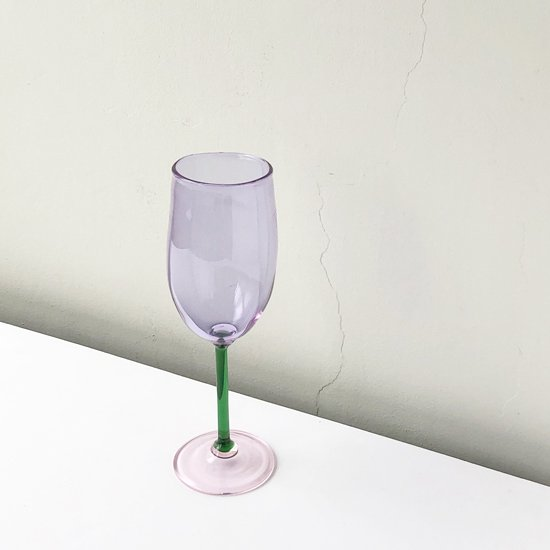 ドイツ出身のアーティスト Jochen Holz によるカラーガラスを用いたワイングラス