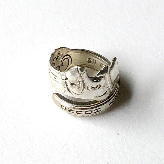 ヴィンテージのスプーンを使って作られた、アメリカ製のスプーンリング