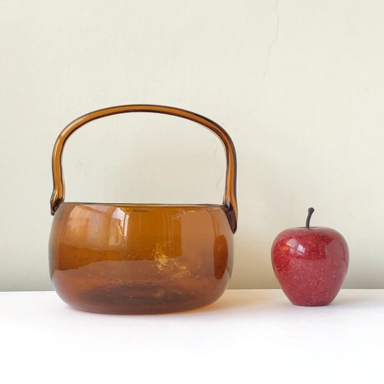 高さ約9cmのリンゴと並べて