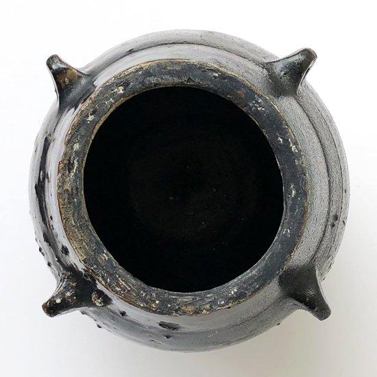 荒々しくも無駄のないフォルムと漆黒の釉薬が特徴的な壺屋焼の古い油壺