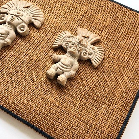古代メキシコの文化が栄えていた地域でスーベニアとして作られた陶器オブジェを壁掛けに加工したもの
