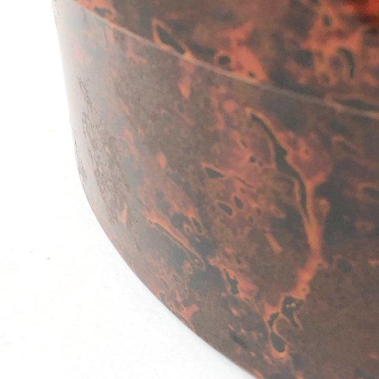 研いだ後に漆を吹き付けており、斑にザラつきのあるユニークな表情