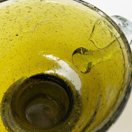 スペインやメキシコなどのクラフトで見られる「泡ガラス」による古い脚付きのマグ
