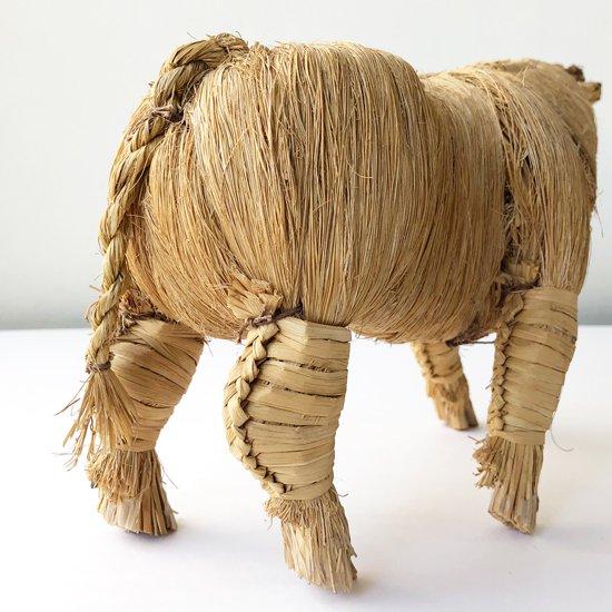 海外の工芸品と思われる、とても美しい造形の藁細工の牛