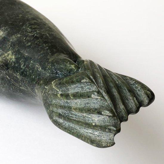 大きなアザラシの彫刻