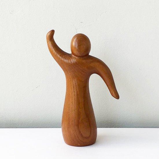 モダンな造形による古い木製のオブジェ