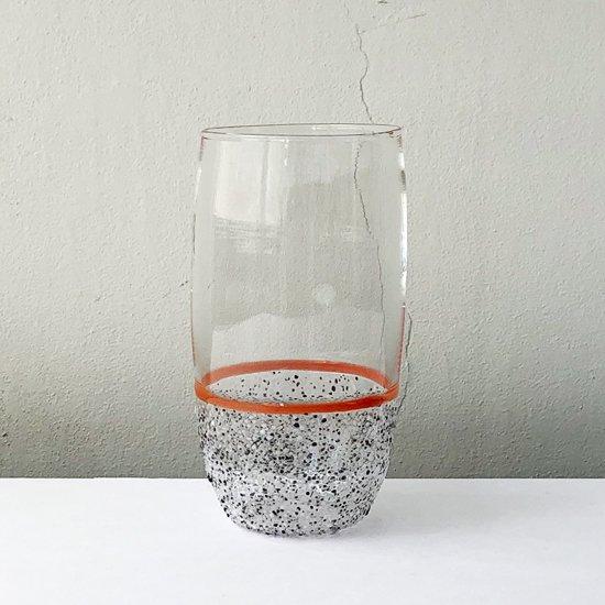 ドイツ出身のアーティスト Jochen Holz による、まだら模様が特徴的なタンブラー