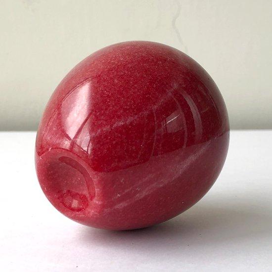 大理石を削り出して作られたリンゴのオブジェ