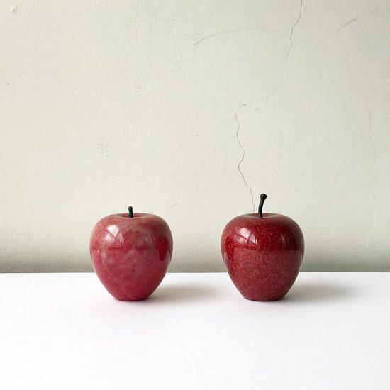 高さ約9cmの現行品のリンゴ(画像右)と並べて
