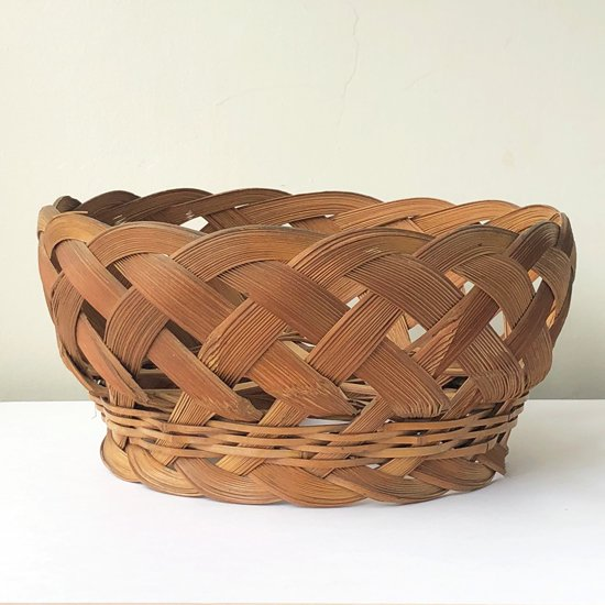 古くは広島県府中で製作されていた食器などを入れておくための竹カゴ