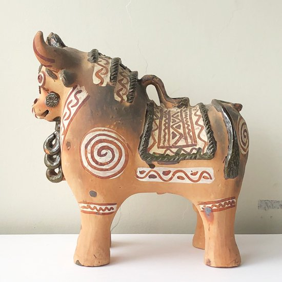 ペルーのプカラで、伝統的に作られている陶器のバッファロー