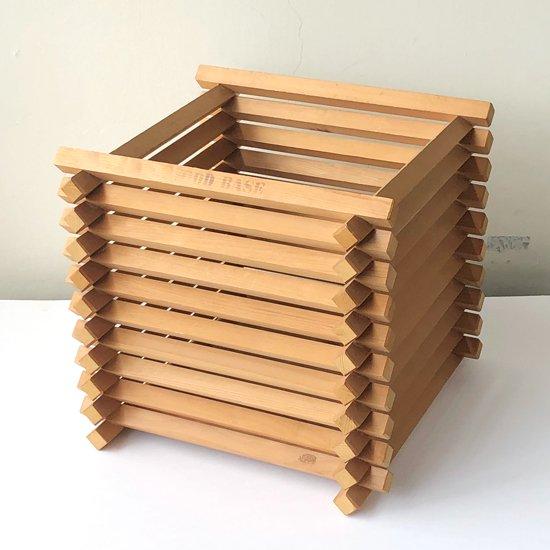 ヤグラのようなデザインをした、古い木製の鉢カバー