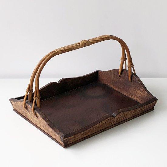 簡素ながらも美しい意匠と蔓の取っ手が特徴的な岐阜の工房で製作された古い運び盆 吉田璋也監修