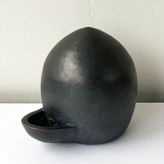 特徴的な形をした、鳥が水を飲むための古い陶器の器